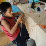 et apprennent à tricoter,