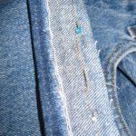 Les vétements des garçons sont retouchés par la couturière afin de diminuer la consommation de textile.