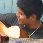 L'atelier de musique permet aux jeunes d'apprendre à jouer d'un instrument,