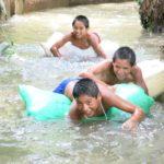En été, si la rivière qui borde CIMA n'est pas à sec, les garçons s'en donnent à coeur joie pour jouer dans l'eau.