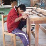 Ils travaillent sur des cas concrets car ils apprennent à réparer les portes et le mobilier du centre.