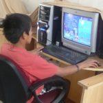 Les bases de l'informatique et d'internet sont enseignées aux enfants.