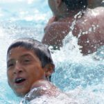 Une fois par an, les enfants peuvent se rendre à la piscine lors de la semaine de campement. Même sans savoir nager, ils adorent se baigner!