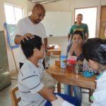 Une infirmière travaille à CIMA. Elle prend en charge chaque enfant à son arrivée de la rue. Le mineur est vacciné contre la rage et le tétanos.