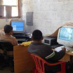 L'accès aux ordinateurs de la salle informatique permet aux enfants de trouver l'information nécessaire pour leurs recherches scolaires.