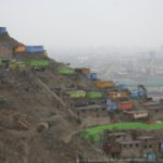 La surpopulation conduit les populations à envahir les collines et à s'abriter dans des installations de fortune. Les maisons n'ont ni eau courante, ni toilettes et beaucoup n'ont pas la lumière. L'eau s'achète à prix fort à un camion citerne.