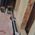 Les garçons sont aussi sensibilisés aux techniques de la plomberie qu'ils appliquent aux installations du centre si besoin.