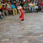 """Cima favorise aussi l'expression physique dans des cours de sport. Les enfants qui le désirent peuvent venir présenter leurs """"prouesses"""" à l'ensemble de leurs camarades lors de """"l'après midi des talents"""" organisée chaque semaine. Ici, des roulades acrobatiques!"""