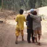 L'enfant est considéré dans un groupe et les conflits se règlent aussi en groupe. Le collectif agit sur l'individu,