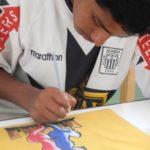 Un atelier de peinture sur tissu permet aux jeunes d'apprendre à décalquer, dessiner, assembler des motifs