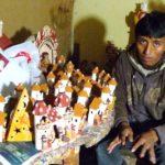 La famille de Cirilio produit les crèches en céramique dans leur atelier de Lima.