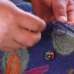 chaque bouton est une pièce unique en céramique peinte à la main avec un motif rappellant le dessin du textile.