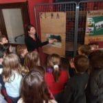 Rendre les jeunes acteurs de l'exposition en leur permettant de réécrire en français les témoignages des enfants des rues.