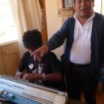 Domingo nous présente son métier à tisser