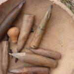 Ils vont être ouverts, vidés de leurs graines puis sculptés avec ces outils.