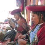 Ayud'art achète des gants, des bonnets, des écharpes et de charmants petits moutons en laine à la communauté de Cléofécélia.