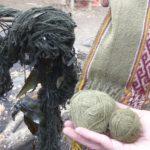 La laine trempe dans le de l'eau bouillante avec les précieux ingrédients.