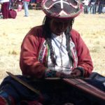 qui font vivre des traditions ancestrales dans leurs manières de donner forme à la laine qu'elles teignent elles-mêmes.