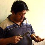 Son mari s'occupe de décorer les fruits au chalumeau